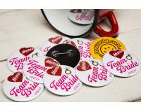 Κονκάρδες Bachelorette ροζ γράμματα