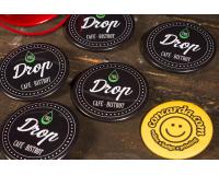 Κονκάρδες προσωπικού Drop Cafe