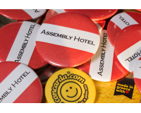 Κονκάρδες προσωπικού Assembly Hotel